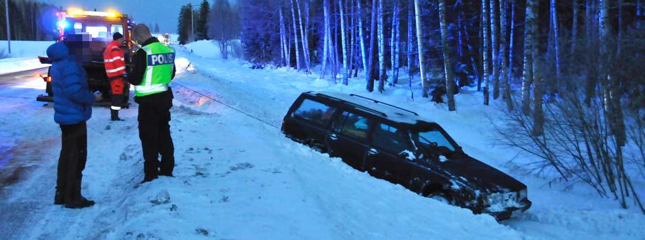 Bistår polis och räddningstjänst vid en singelolycka på väg 50 Öster om Bollnäs.